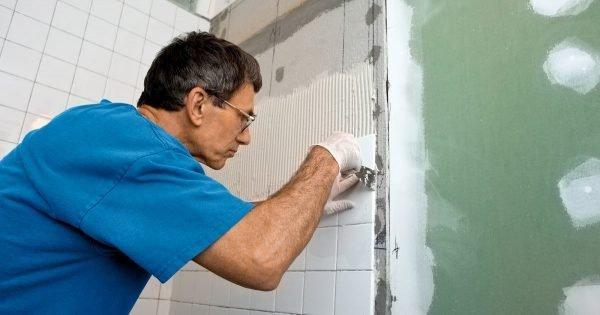Cómo reemplazar los azulejos del baño