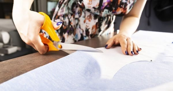 ¿Por qué deberías cortar un juego de ropa de cama nueva?