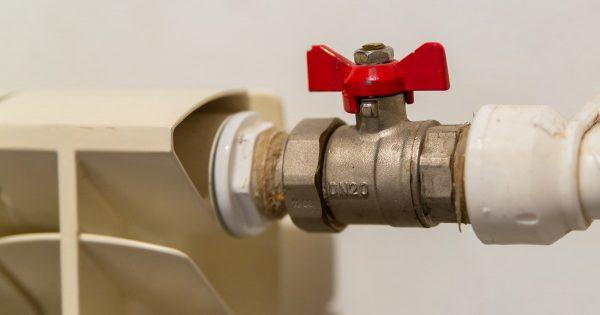 Cómo cerrar el agua si la válvula de bola está atascada