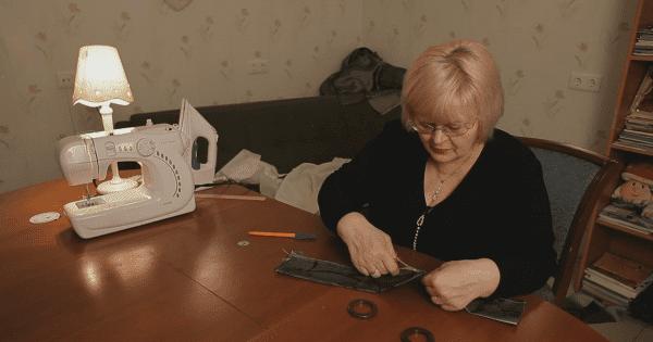 Un pequeño trozo de tela y un cordón… ¡Esta decoración es un encanto!