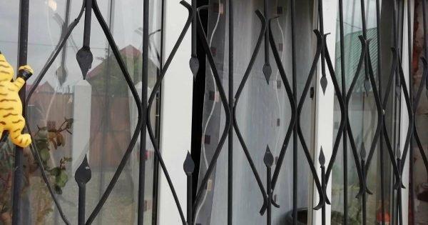 La forma de la abuela de mantener a los insectos fuera de la casa con las ventanas abiertas