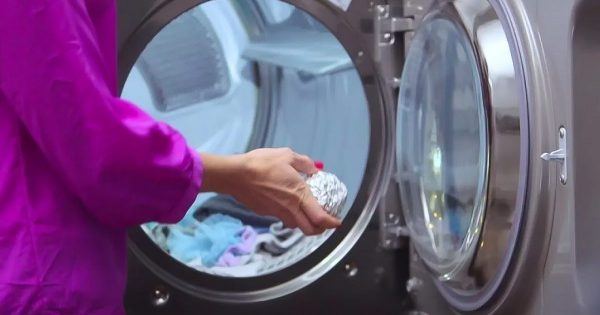 ¿Por qué debes colocar una bola de papel de aluminio en la lavadora?