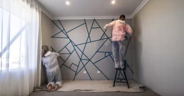 Ellas pegaron cinta adhesiva por toda la pared. ¡Cuando terminen de decorar, te sorprenderás!