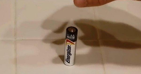 Una manera ingeniosa para distinguir entre la batería cargada y descargada. ¡Es elemental!