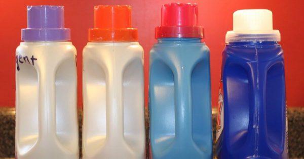 ¿Por qué no debes tirar las botellas de plástico ni las de detergentes a la basura?