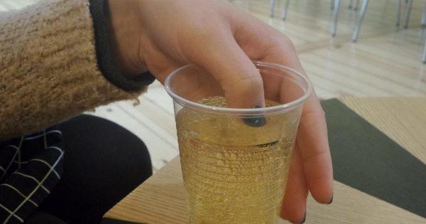 Ella sumergió sus uñas en una bebida. ¡Cuando el barniz cambió de color, enseguida llamó a la policía!