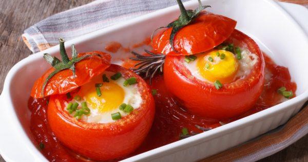 Los huevos fritos en tomates: ¡Un desayuno al que nadie renunciará!