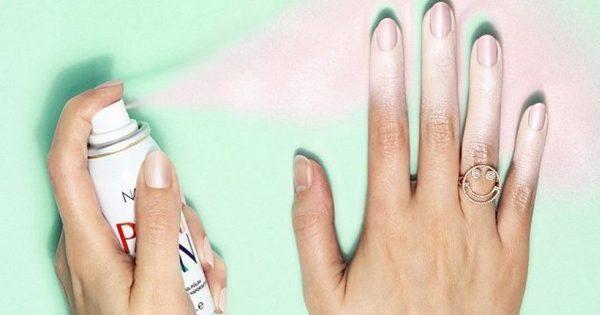 ¡Buen truco para todos que odian pintarse las uñas! El resultado es una manicura perfecta…