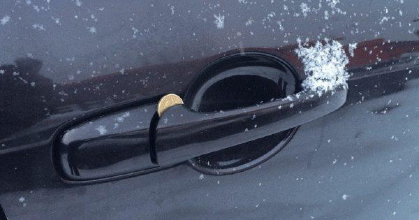 La trampa de la moneda: ¡Si notas una moneda en la puerta del automóvil, alerta!