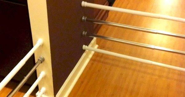 Él compró un par de soportes para las cortinas y los colgó en la cocina. ¡Idea más genial no la he visto!