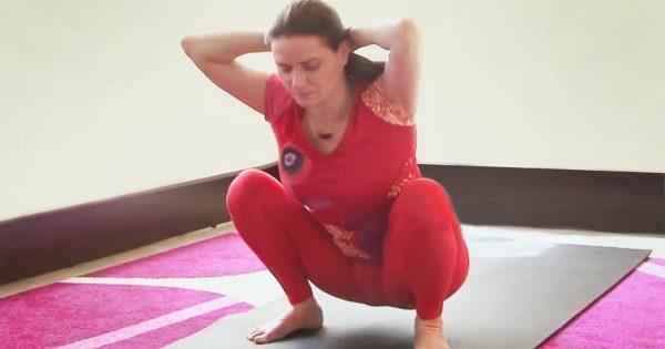 Si tu columna comienza a resentirse, esta rutina de yoga puede salvarte, literalmente, de una desgracia…